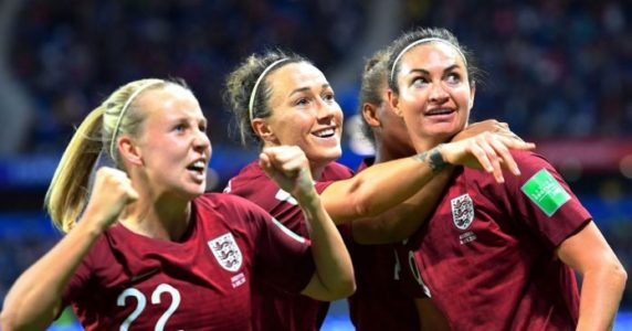 jodie taylor with her teammates after scoring goal